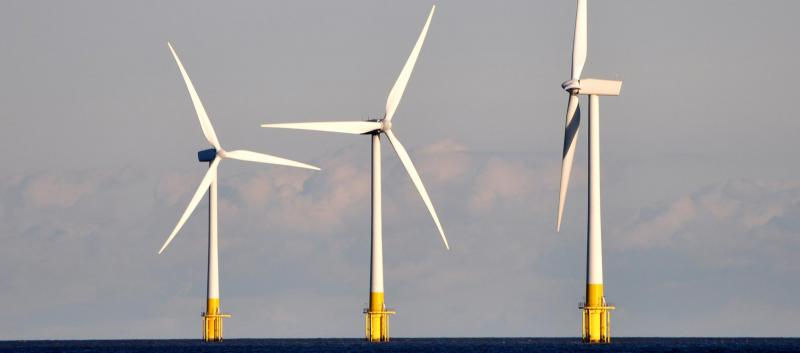 Wind turbines Scroby Sands. (Image © Martin Pettitt, licensed under CC BY 2.0)