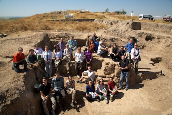 The 2012 team on the steps of the dig-house in Bismil